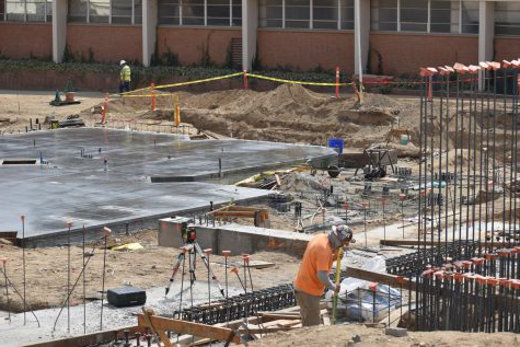 Construction workers working on the new Science and Engineering building at Bakersfirld College, 2020年9月.